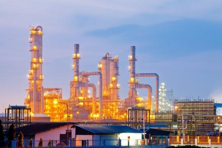 distillation: Arquitectura de la Planta Refiner�a de petr�leo con la torre de destilaci�n con Amanecer de Crep�sculo