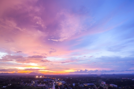 puesta de sol: Hermoso Atardecer Paisaje urbano en Trang Tailandia Foto de archivo