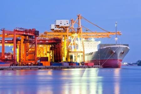 transportes: Cargo Industrial de carga de contenedores del buque con el trabajo en el astillero de puente grúa al atardecer de fondo Logística Importación Exportación