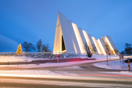 Arctic Cathedral Church en Tromso Noruega en el crep�sculo crep�sculo photo