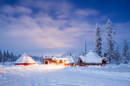 Paysage d'hiver avec cabane cabine nuit à Kiruna en Suède Laponie nuit avec star trail Banque d'images