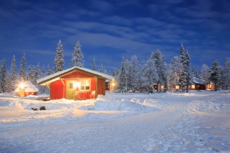 Winter landschap met hut hut 's nachts in Kiruna Lapland Zweden' s nachts met ster trail Redactioneel
