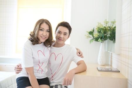 Jeunes couples heureux dans l'amour