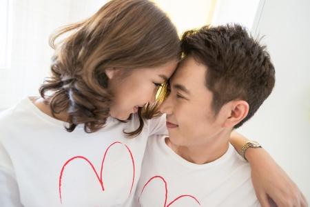 Jeunes couples heureux dans l'amour embrassant