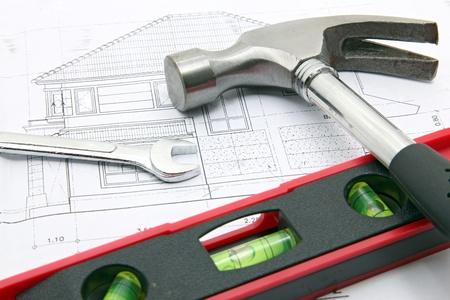Hammer und Wasserstand über eine Konstruktionszeichnung eines Hauses Blaupause (Design und Zeichnungen des Einreichers) Standard-Bild - 18128781