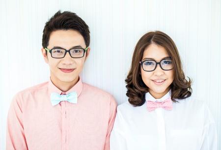 Jeunes couples heureux dans le salon avec la robe smart casual