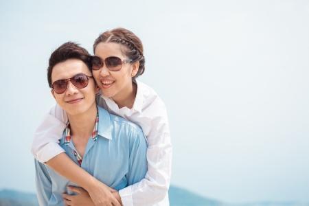 Heureux les jeunes couples adultes dans l'amour en plein air