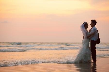 パートナーのビーチで結婚式の幸せとロマンチックな愛のシーンのカップルします。