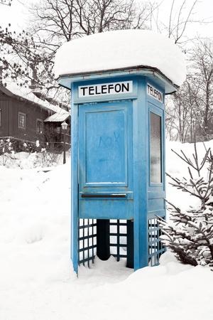 cabina telefonica: Cabina de teléfono azul con nieve en Estocolmo Suecia Foto de archivo