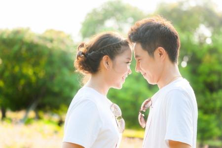 Felices parejas de adultos j?venes en el amor al aire libre