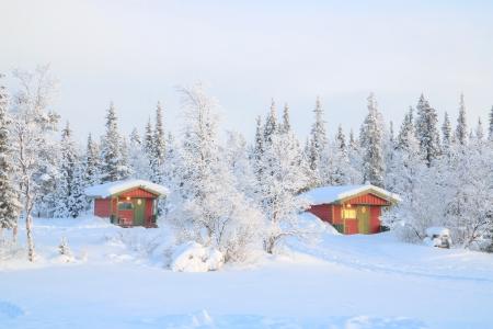 Paysage d'hiver avec la maison à Kiruna Suède Laponie