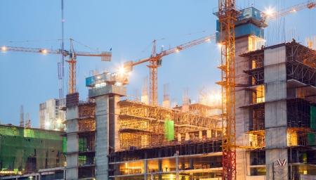 Große Baustelle Kräne in der Abenddämmerung