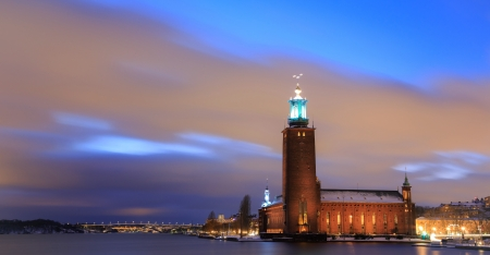 Panorama Stockholm Cityhall au cr�puscule avec transport l�ger sentier Su�de photo