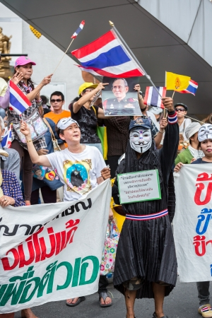 guy fawkes mask: BANGKOK,THAILAND- JUNE 30 : Unidentified protesters, V for Thailand group, wear Guy Fawkes masks to protest government corruption on June 30,2013 in Bangkok,Thailand.