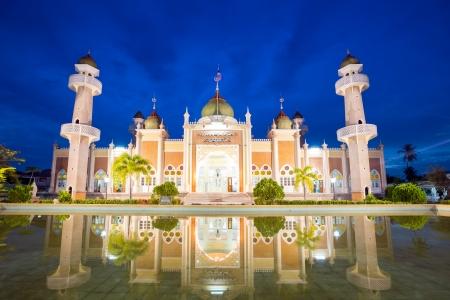 pattani thailand: Twilight vista de la mezquita central con reflejo en el estanque, Pattani, Tailandia
