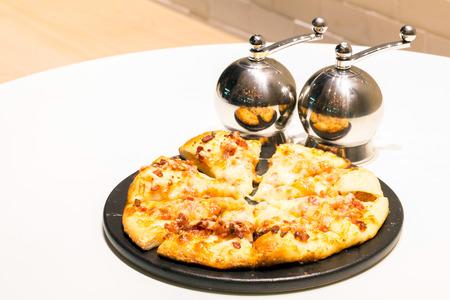 comida: Pizza francês com bacon e queijo