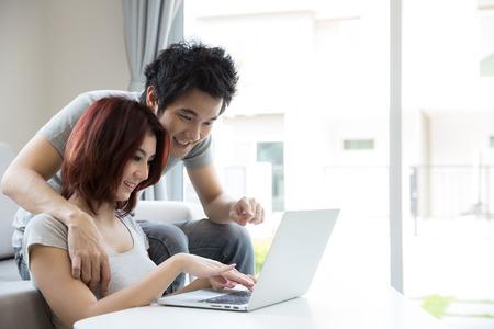 gospodarstwo domowe: Szczęśliwa para na kanapie za pomocą laptopa pokój inliving