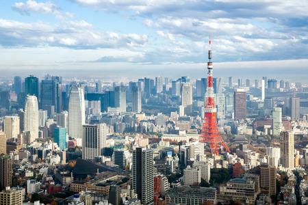 日本でスカイラインの街並と東京タワー