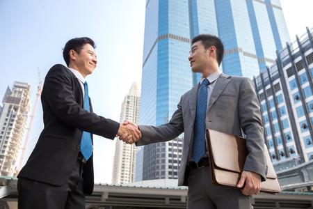 ビジネス取引のための手を振って実業家パートナー 写真素材