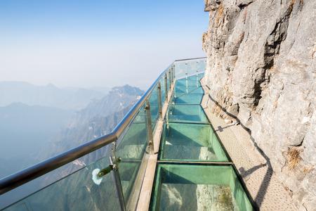 Tianmenshan 門山中国でガラス スカイ ・ ウォーク