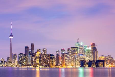 夕暮れ時、オンタリオ州、カナダのトロントのスカイライン