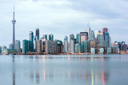 Toronto-Skyline in der Abenddämmerung, Ontario, Kanada Standard-Bild - 29761032