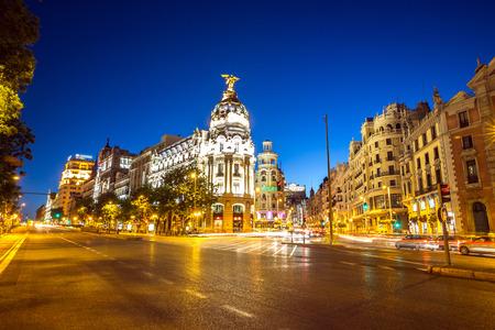 Gran Via では、夕暮れ時にスペイン、マドリッドのメインのショッピング街