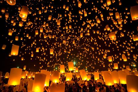 Vliegende Sky Lantaarn op yeepeng festival, traditie Thaise Lanna religie in Chiangmai Thailand Redactioneel