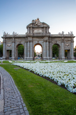 Puerta de Alcala in the Plaza de la Independencia , a neo-classical monument at Independence Square in Madrid, Spain. Reklamní fotografie - 33495150