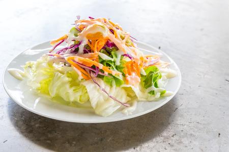 ensalada tomate: Ensalada griega fresca en un plato blanco
