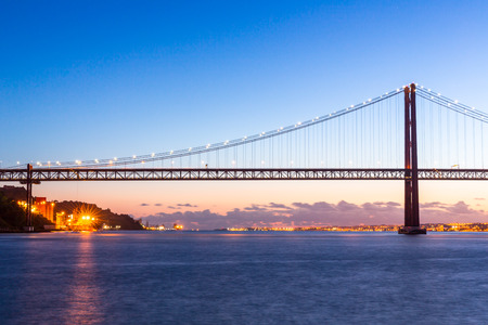 lisbonne: Lisbon cityscape with 25 de Abril suspension Bridge Portugal at dusk