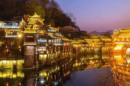 ave fenix: Fenghuang Phoenix ciudad antigua atardecer duak Hunan provincia de China