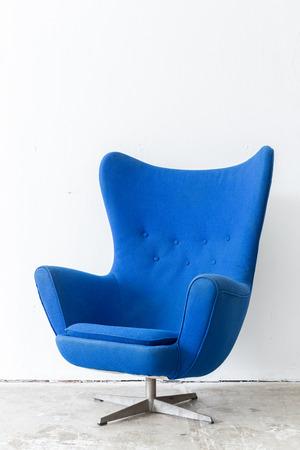 sillon: estilo moderno y contempor�neo silla azul en sitio de la vendimia