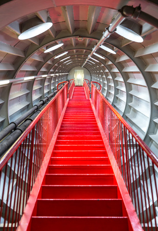 luz roja: perspectiva de la escalera roja, concepto de elevación exitosa carrera