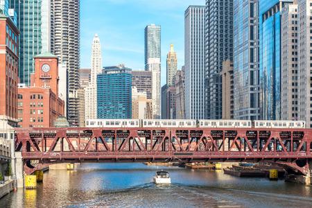 시카고 시내와 다리가있는 강 스톡 콘텐츠
