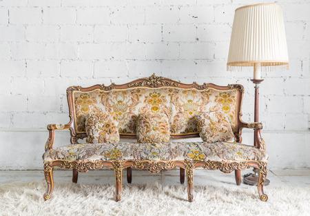 Klassische Sessel Sofa Couch im Vintage Zimmer mit Schreibtischlampe Standard-Bild