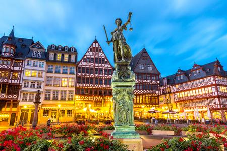 alten Stadtplatz Römerberg mit Justitia-Statue in Frankfurt Deutschland Standard-Bild
