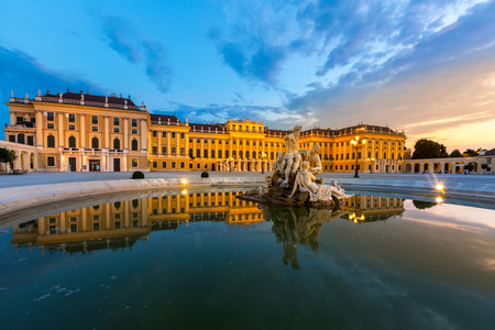 夕暮れ時にシェーンブルン宮殿ウィーン オーストリア
