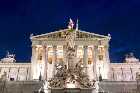 Oostenrijkse Parlement in Wenen in de nacht Stockfoto