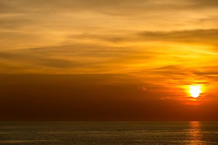 Schöner Sonnenuntergang am Andamanensee Krabi Phuket Thailand Standard-Bild - 43981007