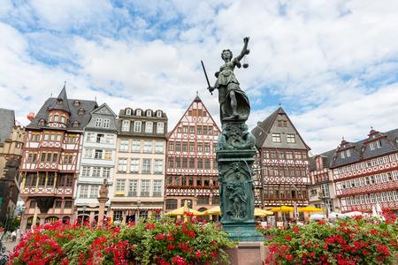 dama de la justicia: antigua ciudad Romerberg plaza con la estatua Justitia en Frankfurt Alemania
