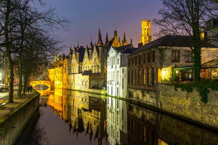 medievales: Edificios medievales hist�ricos a lo largo de un canal en Brujas, B�lgica en la oscuridad.