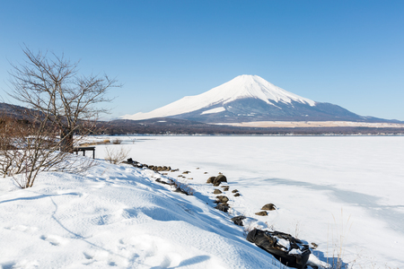 Mount Fuji at Iced Yamanaka Lake in Winter 版權商用圖片 - 44743061
