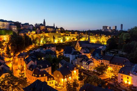Schilderachtig uitzicht op de stad van Luxemburg, het centrum in de schemering Stockfoto - 44743074