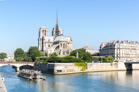 ノートルダム大聖堂ランス シャンパーニュを持つ川セーヌ川のパリの観光クルーズします。 写真素材