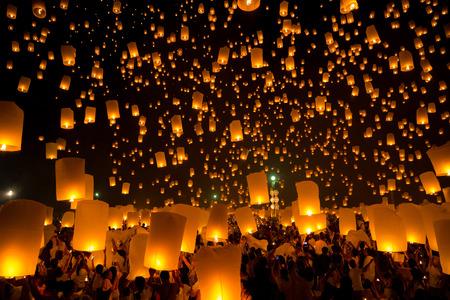 faroles: Volar linterna del cielo en Yeepeng festival, Lanna Thai tradición religión en Chiang Mai de Tailandia