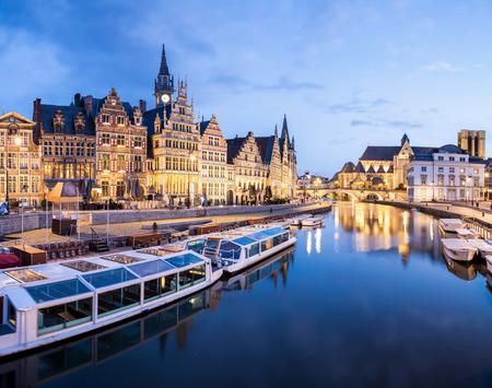 medieval: Edificios medievales pintorescas en río Lys en la ciudad de Gante, Bélgica en la oscuridad. Foto de archivo