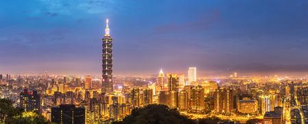 Panorama Taipei skyline Taiwan at dusk. Archivio Fotografico