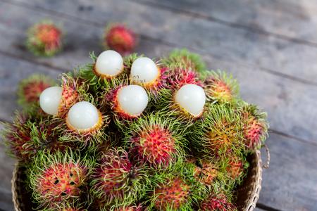 frutas tropicales: tailandés frutos de rambután tropicales frescas
