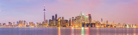 Toronto Skyline in der Abenddämmerung, Onta, Kanada Panorama Standard-Bild - 46982067